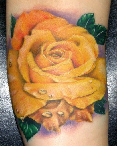 Tatuaggio super realistico la rosa gialla con la rugiada