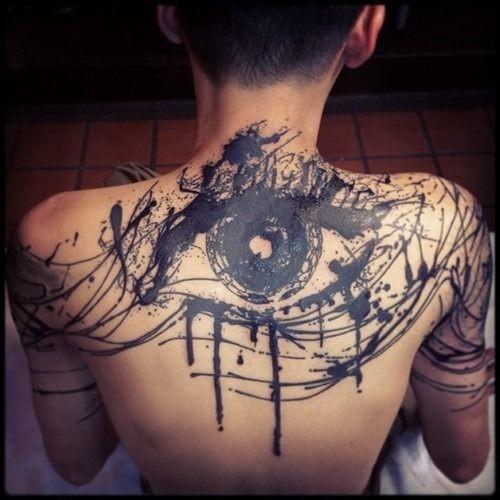 astratto stile inchiostro nero grande occhio tatuaggio su schiena e spalle