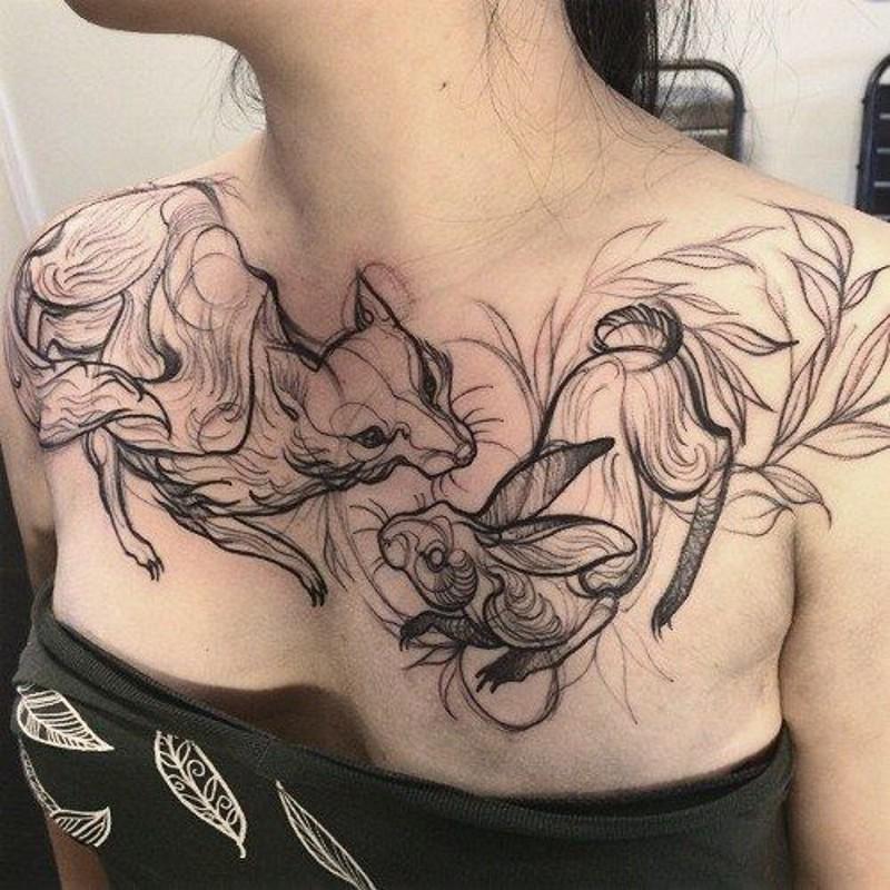 astratto stile inchiostro nero volpe con piccolo coniglio tatuaggio su petto