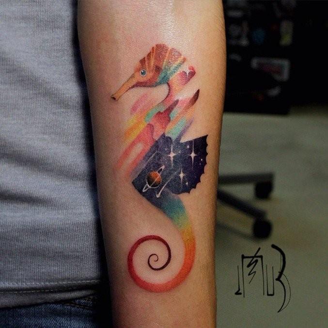 Abstrakter Stil Farbiges Unterarm Tattoo Von Seepferdchen Mit