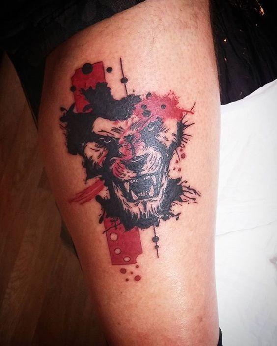 Tatuaggio colorato stile astratto della testa di leone ruggente