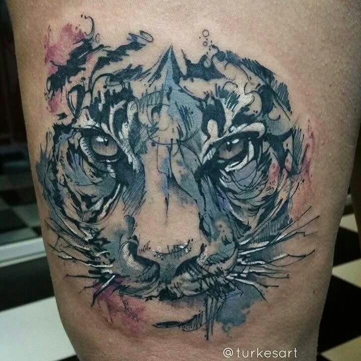 Tatuaggio della coscia colorato in stile astratto del ritratto di tigre