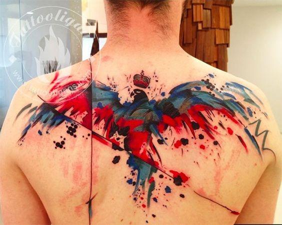 Tatuaje en la espalda, cuervo multicolor de estilo abstracto