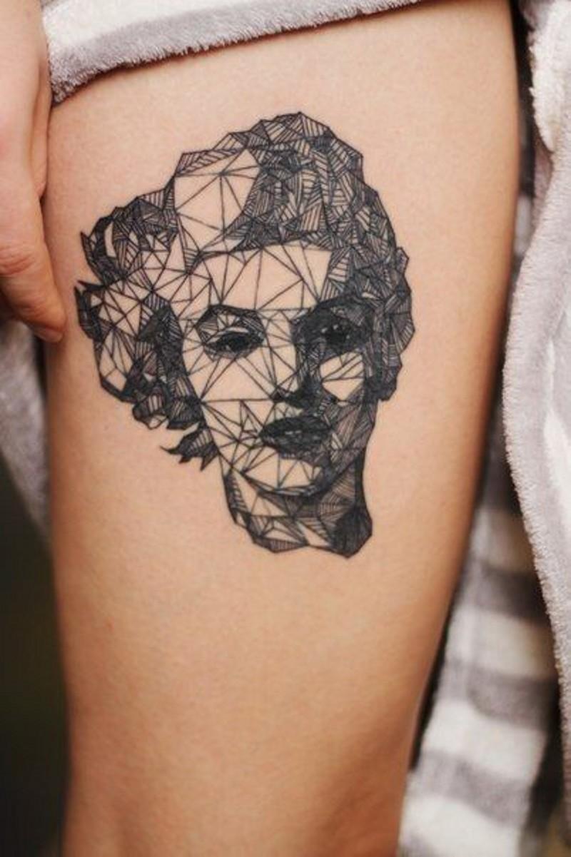 astratto stile geometrico dipinto ritratto Merlin Monroe tatuaggio su coscia