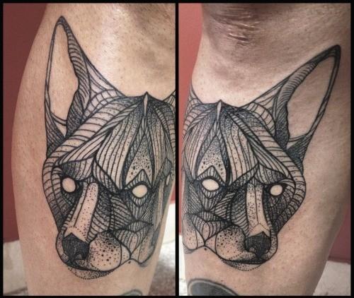 astratto stile dipinto nero e bianco volpe tatuaggio su gamba