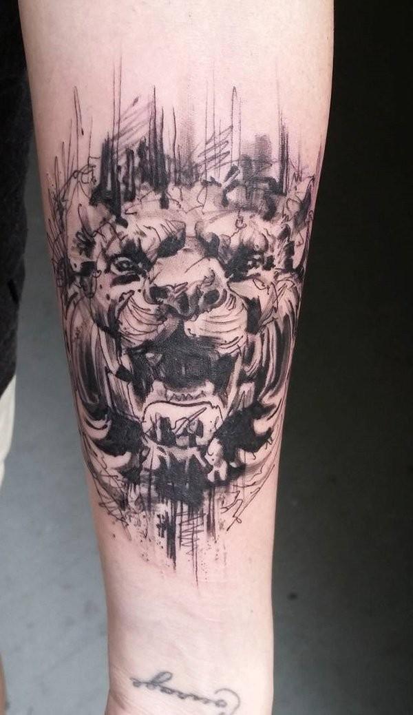 astratto stile dipinto nero e bianco leone tatuaggio su braccio
