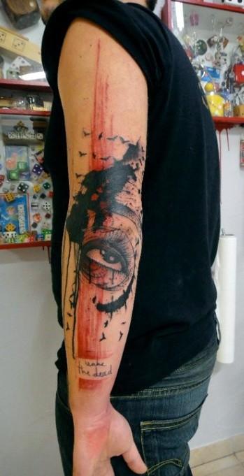 Tatuaje en el brazo, ojo de mujer de estilo abstracto