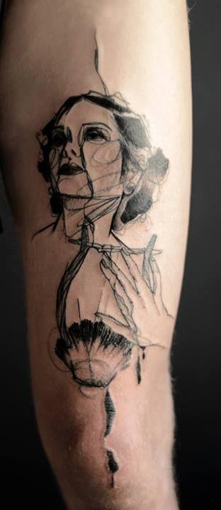 Tatuaje en el brazo, mujer abstracta de tinta negra