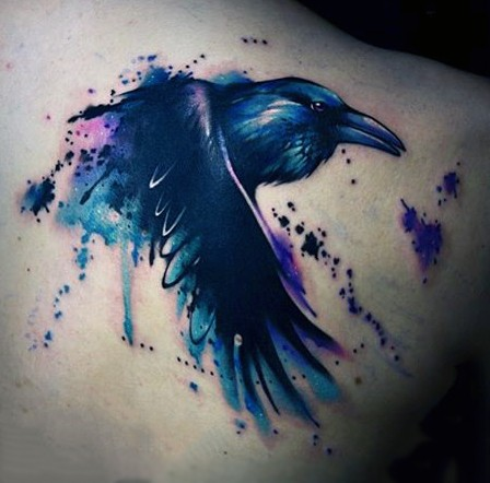 astratto stile insolito colorato grande corvo tatuaggio su  spalla