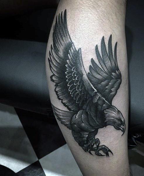 accurato disegno nero e bianco aquila volante tatuaggio su gamba