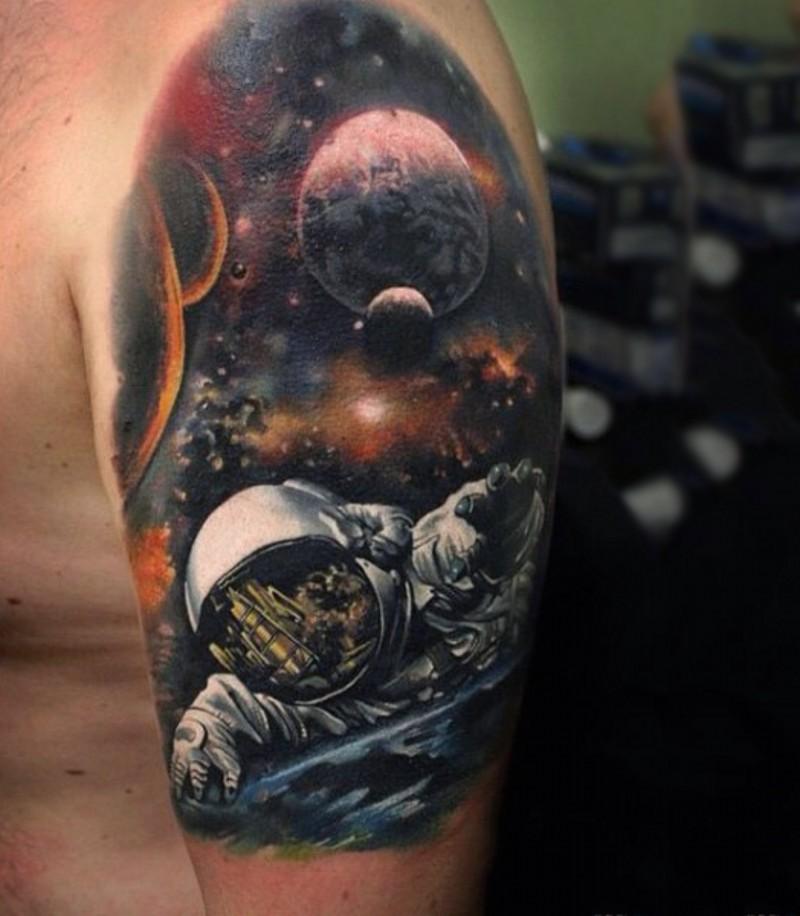 eccezionale dipinto colorato grande spazio e pianete  tatuaggio a mezza manica
