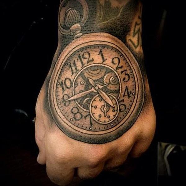 Akkurate schwarze und weiße Uhr Tattoo an der Hand