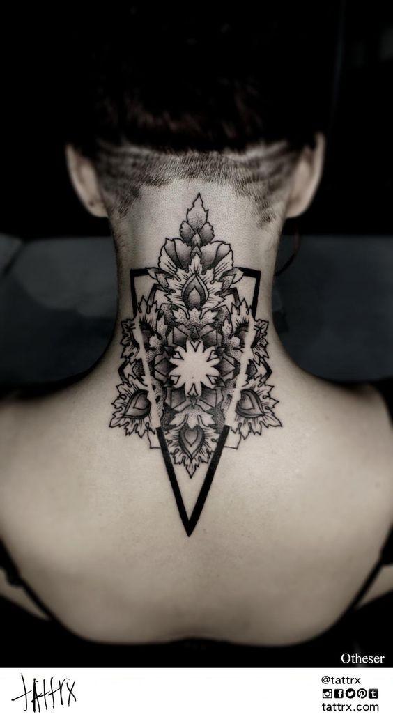 accurato dipinto inchiostro nero fiore in triangolo tatuaggio sulla nuca