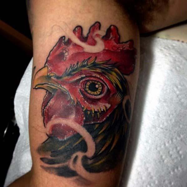 accurato bel dipinto molto molto realistico testa di gallo tatuaggio su braccio