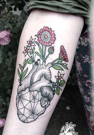meraviglioso cuore linee nere con fiori colorati tatuaggio avambraccio