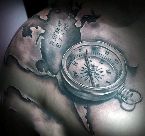 Tatuaje en la espalda, compás volumétrico en el mapa del mundo