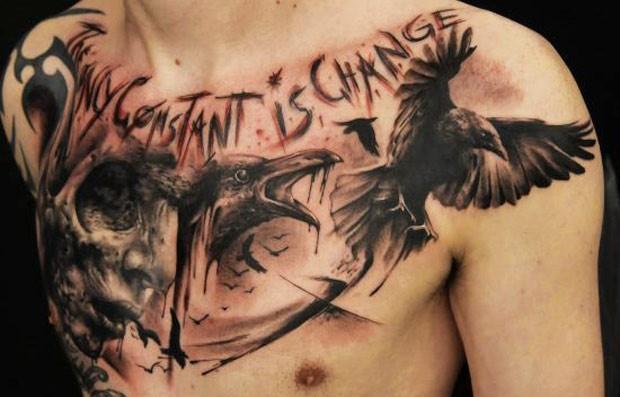 incredibile testa di uomo e di corvo tatuaggio sul petto