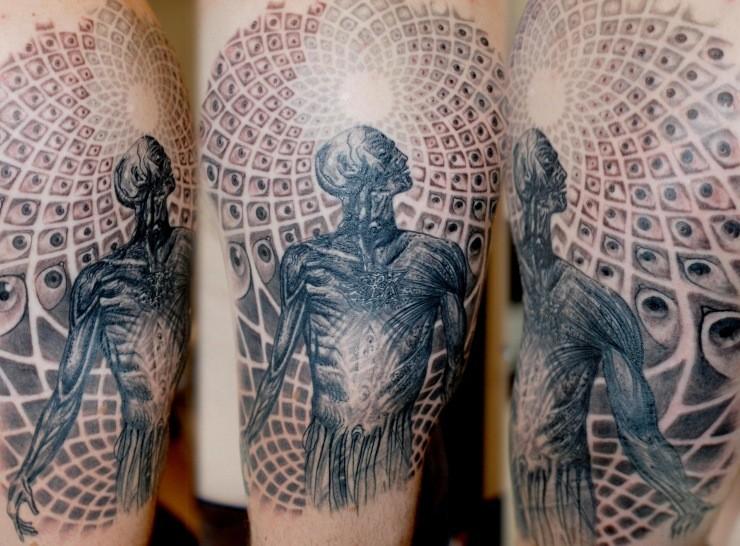 incredibile uomo ed universo tatuaggio su braccio di Maris Pavlo