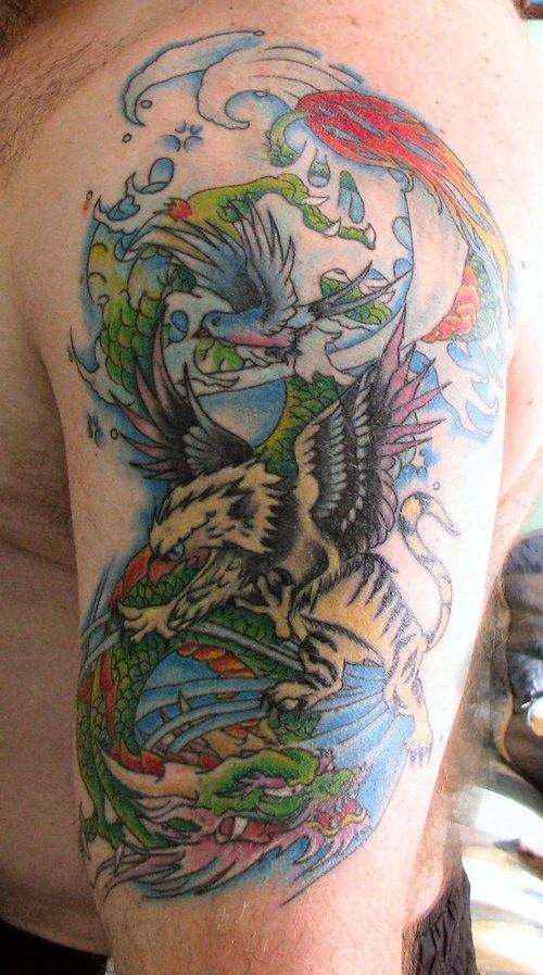 eccezionale dipinto colorato grifone tatuaggio su braccio