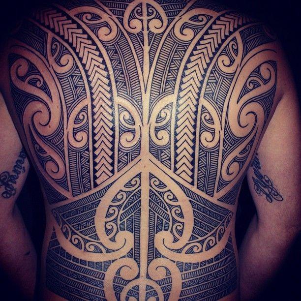 impressionante polinesiano tatuaggio pieno di schiena