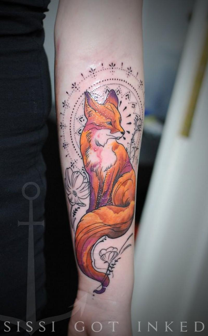 eccezionale stile dipinto colorato volpe con fiori e ornamento tatuaggio su braccio