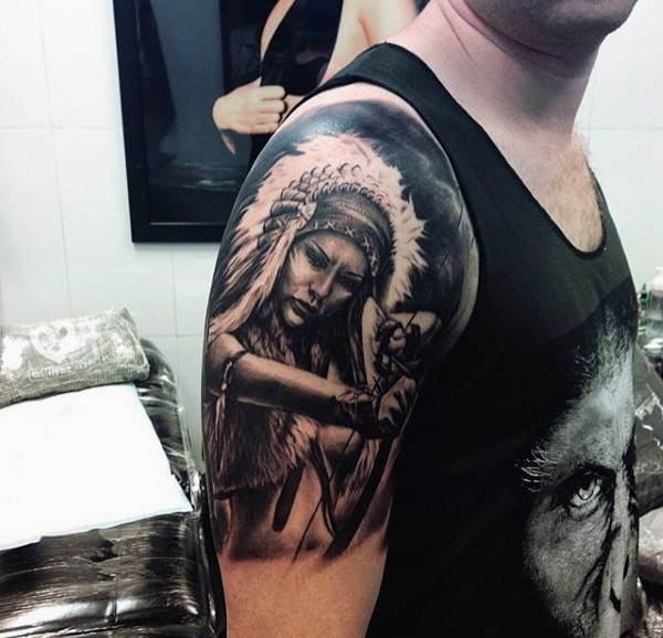 Tatuaje en el hombro, mujer india guerrera con arco