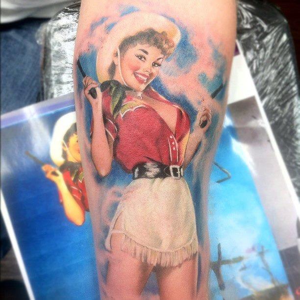 nativo americano molto realistico ragazza- cowboy tatuaggio su braccio con pistola