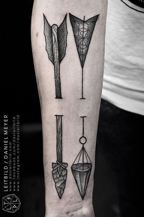 antico grande disegno bianco e nero due frecce tatuaggio su braccio