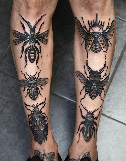 Tatuaggio curioso sulle gambe variabili  insetti neri