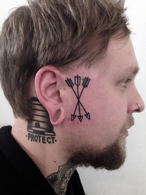 volto della freccia su faccia tatuaggio per uomo