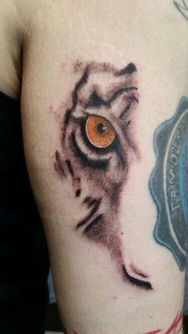 Tatuaggio con braccio colorato in stile arte della parte della faccia della tigre