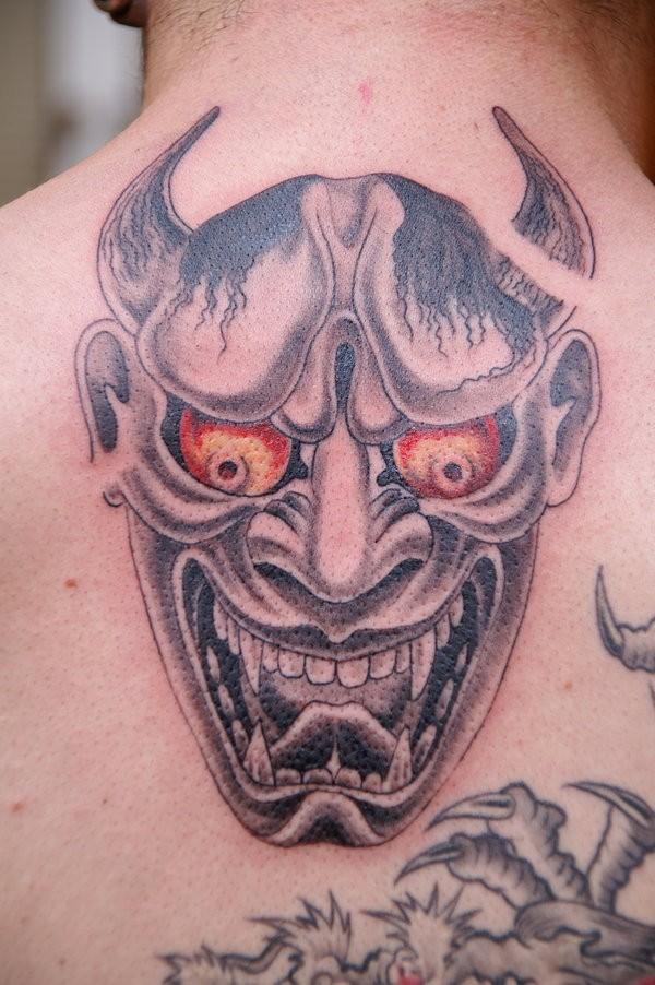 Tatuaggio pauroso sulla schiena il diavolo