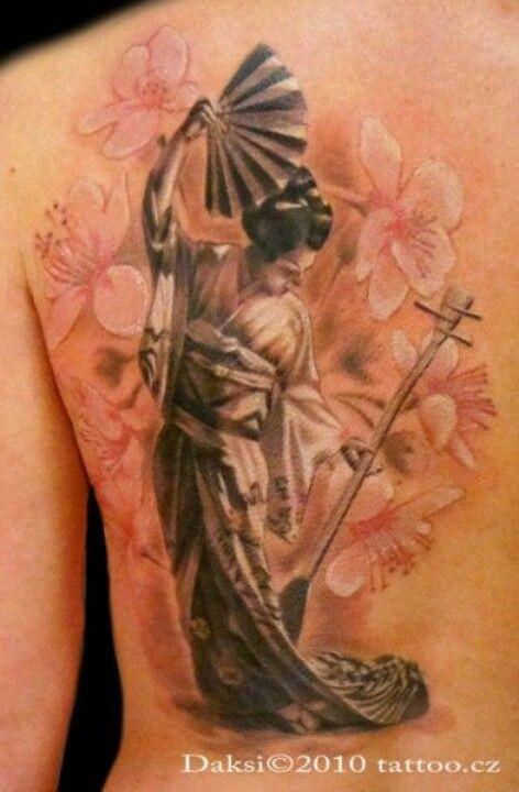 Tatuaje en el hombro, geisha elegante con abanico y  flores