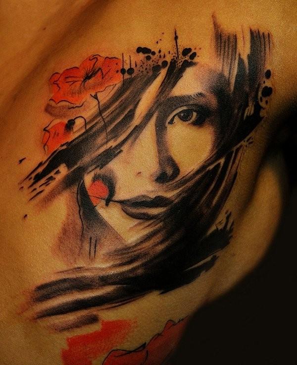 stile asiatico colorato geisha con fiori rossi tatuaggio su spalla
