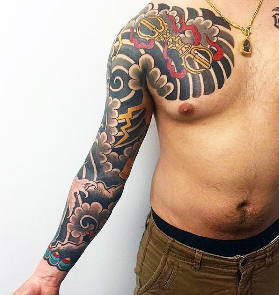 stile asiatico colorato personale mistico tatuaggio su petto e braccio