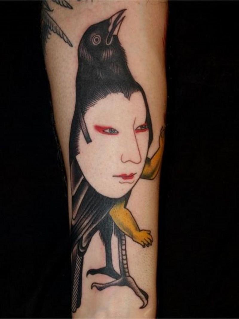 stile asiatico meta faccia di donna meta uccello tatuaggio su braccio