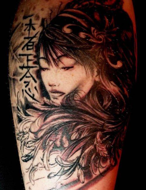 stile asiatico originale dipinto nero e bianco geisha con lettere e fiori tatuaggio su gamba
