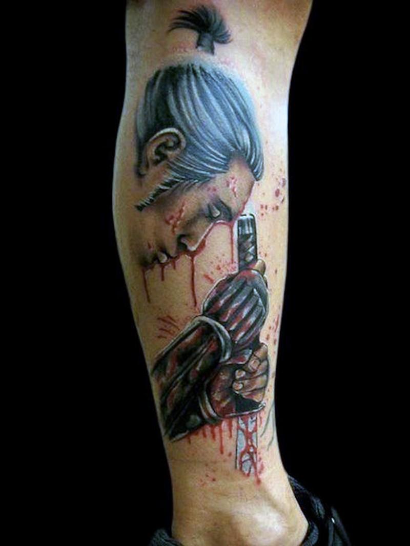 asiatico stile meraviglioso colorato guerriero samurai sanguinoso tatuaggio su gamba
