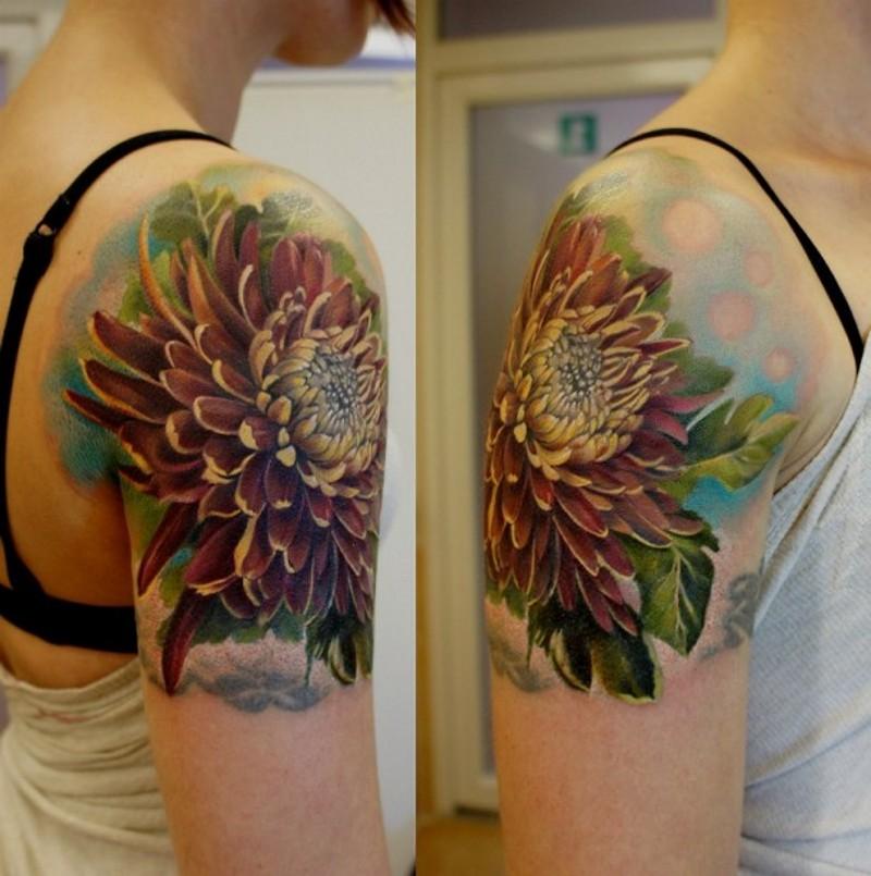 Herbst Farbiges Dahlie 3d Realistisches Tattoo An Der Schulter Des