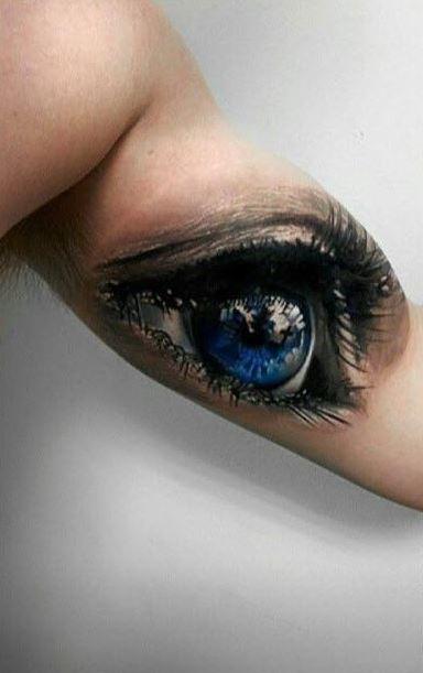 Tatuaje en el brazo, ojo estupendo azul brillante