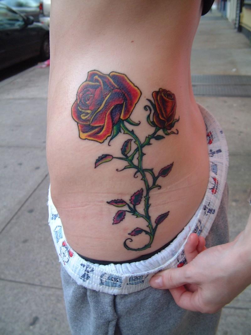 Tatuaje  de rosa divina en la cintura
