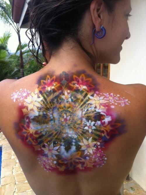 eccezionale 3D raggiante fiore tatuaggio su schiena