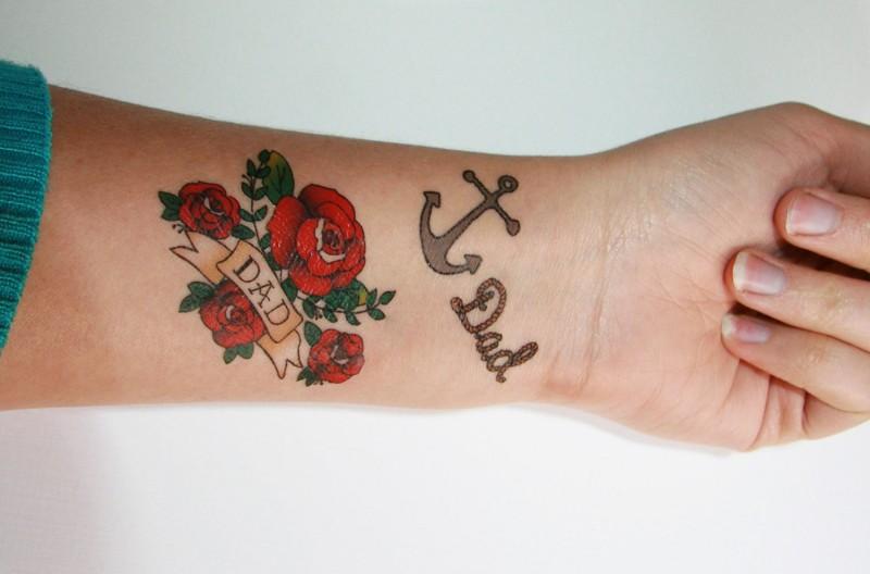 eccezionale ancora con scritto papa` e rose rosse avambraccio tatuaggio