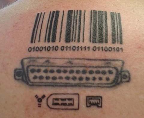 porte di codici a barre e computer disadattato tatuaggio
