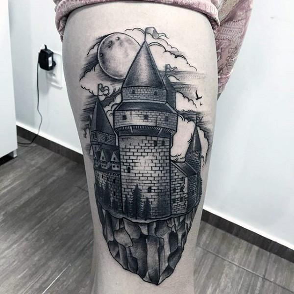 Tatuaje en el muslo,  castillo medieval y luna llena