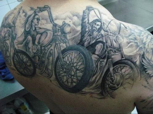 eccezionale bikerse su moto tatuaggio sulla schiena