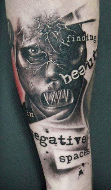 eccezionale bianco e nero faccia pazza con lettere tatuaggio su braccio