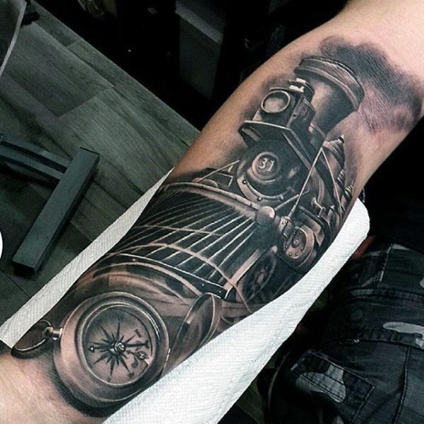 Tatuaje en el antebrazo, locomotora retro magnífica