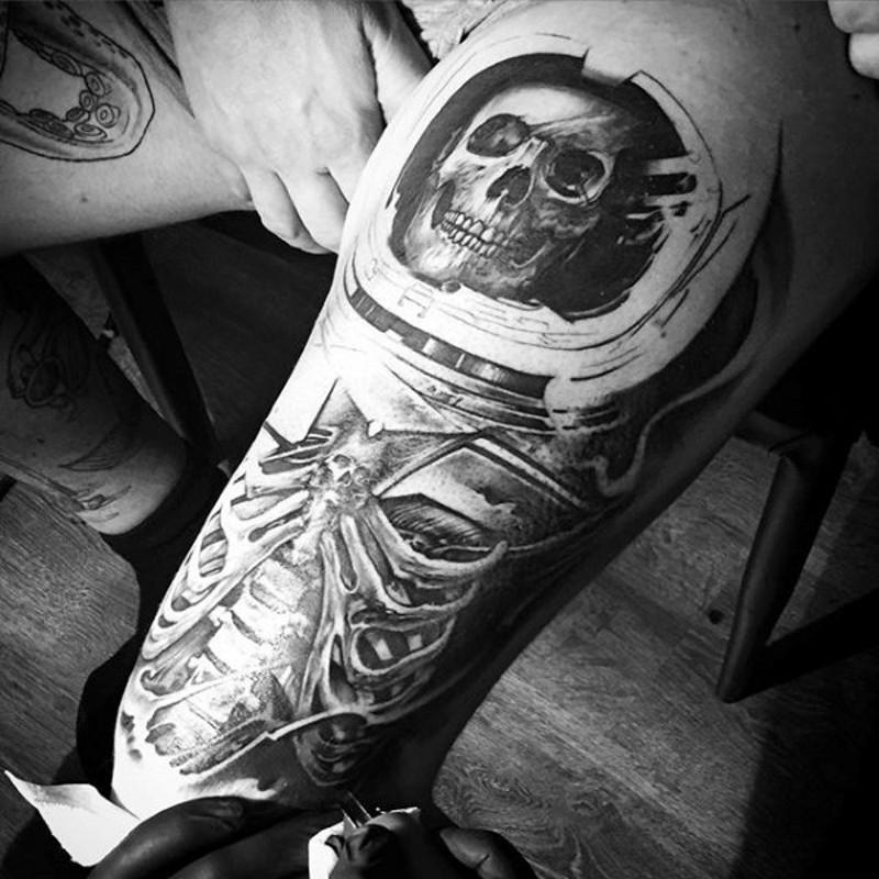 incredibile bianco e nero realistico bianco e nero scheletro in spazio casco tatuaggio su coscia