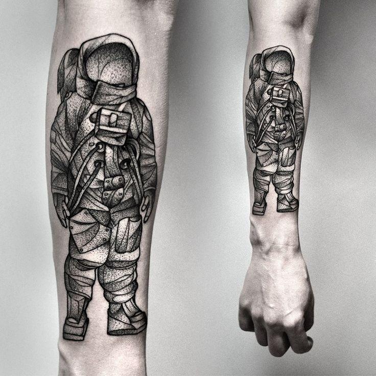 impressionante grigio nero astronauta tatuaggio avambraccio